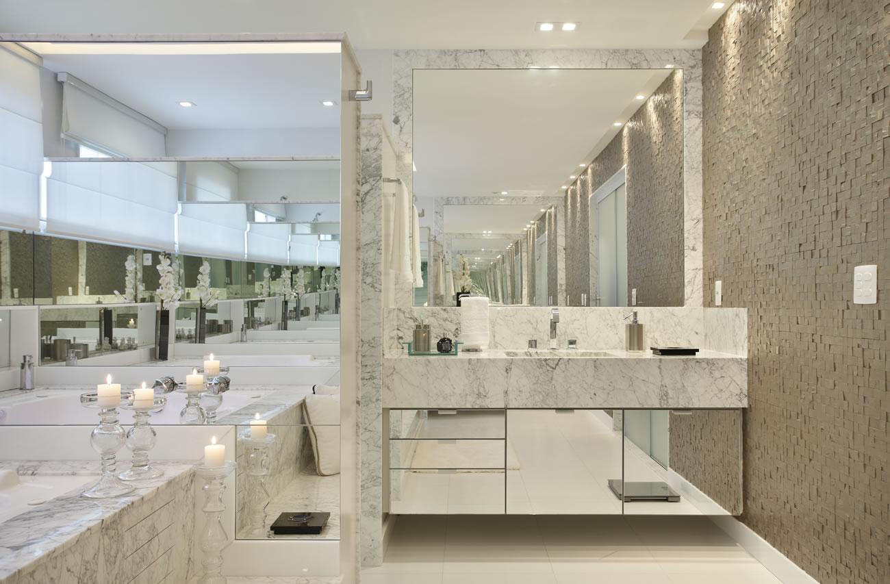 Banheiro com box envidraçado